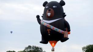 این خرس باشلونی هم آز آن بالا دارد برای تماشاچیها دست تکان میدهد