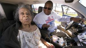 Una mujer de 100 años vota en Carolina del Norte