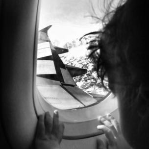 Un niño desde un avión