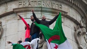 La Place de la République, étant comme le Trocadéro, l'un des endroits privilégiés par les diasporas africaines pour manifester à Paris.