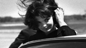 Jacqueline Bouvier Kennedy Onassis, bir moda ikonu olarak görüldü.