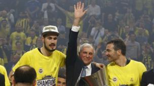 Coach Zeljko Obradovic oyuncularla şampiyonluğu kutluyor.