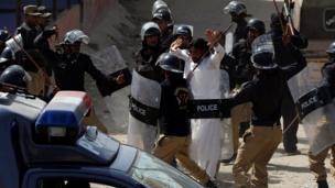 کراچی میں ایک کمسن بچی کے ریپ اور قتل کے خلاف احتجاج کیا گیا۔