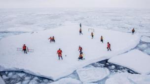 બરફ પર ફુટબૉલની રમત રમતા ખેલાડીઓ