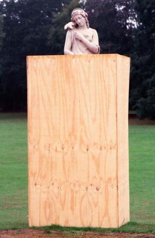 Estatua rodeada por paneles de madera
