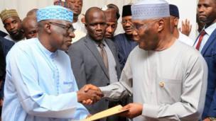Tsohon Mataimakin Shugaban Najeriya Alhaji Atiku Abubakar yayin da ya gana da shugabannin jam'iyyar PDP a Abuja ranar Talata .