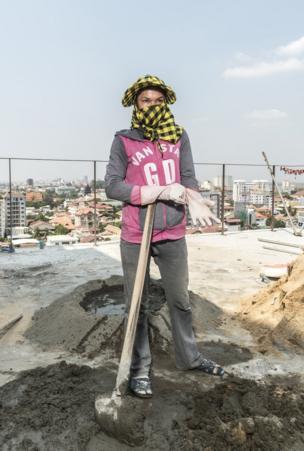 عاملات البناء في كمبوديا