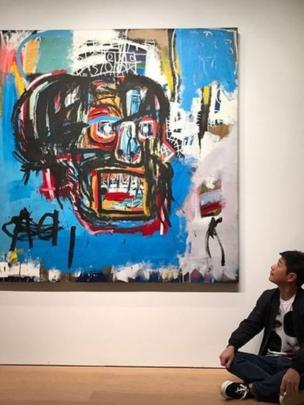 El comprador, Yusaku Maezawa, admira el cuadro de Basquait
