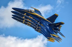 Demonstrasi skuadron penerbangan Angkatan Laut AS, Blue Angels, di Vectren Dayton Air Show di Dayton, Ohio.