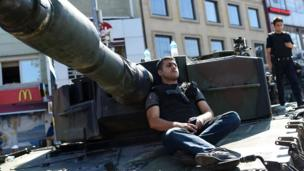 Turkish police sit on a tank as after taking over a military position at the Anatolian side at Uskudar in Istanbul (16/07/2016)