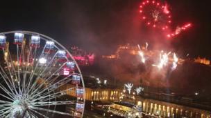 स्कॉटलैंड की राजधानी एडिनबर्ग में नए साल की धूम.