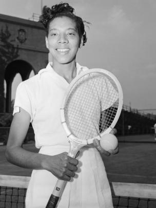 Gibson con una raqueta de tenis.