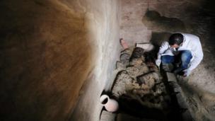 Археолог за работой в могильнике Хуфу-Имхатат в Саккаре