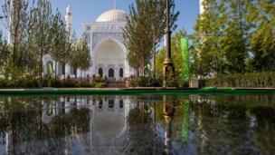 المسجد من الخارج وانعكاس صورته في بحيرة