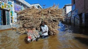 عربة يجرها حمار وسط الفيضانات
