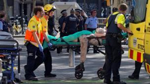 घायल को ले जाते बचावकर्मी