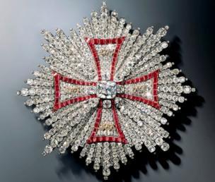 Una cruz hecha con cientos de piedras preciosas.