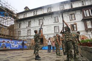 नेपाली सेनाको टुकडीले बढाइँ दिँदै