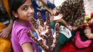 Pakistan'ın Karaçi kentinde küçük kızlar bayram için ellerine Hint kınasıyla motifler çizdi.