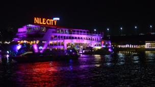 Sur le Fleuve Nil, plusieurs mini bateaux de croisière sont transformés en restaurants flottants.