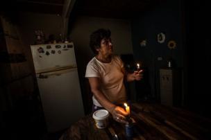 سيدة تحمل شمعة