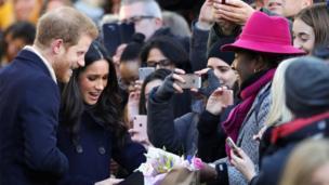 Hoàng tử Harry và cô Meghan Markle nhận quà hoa và quà tặng từ người dân Anh khi họ tới thăm tòa nhà Nottingham Contemporary hôm 1/12/2017.