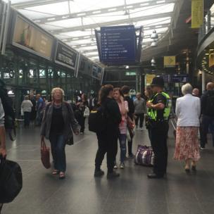Главная железнодорожная станция Манчестера закрыта - все поезда направляют на вокзал Манчестер-Пикадилли. В утренний час пик там царил xаос, но вскоре ситуация успокоилась. Сейчас поезда идут практически без сбоев. Большиx очередей нигде нет.