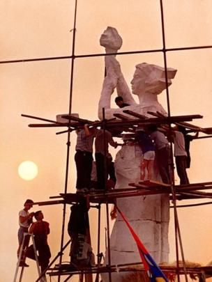 Tượng 'Nữ thần Dân chủ' được xây trong 4 ngày ở Quảng trường Thiên An Môn 1989