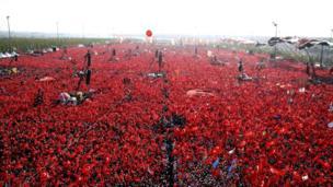 Mitinge katılanlar ellerinde Türk bayrakları taşıdı. Anadolu Ajansı mitinge yaklaşık 5 milyon kişinin katıldığını bildirdi.