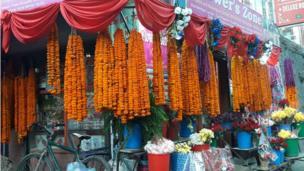 विक्रीका लागि राखिएका फूलहरु