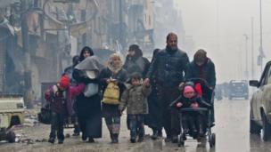 ประชาชนหนีภัยการสู้รบในย่านบัสตาน อัล-กาสร์ ในเมืองอเลปโป