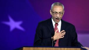 La audiencia demócrata en Nueva York esperaba escuchar el discurso de Hillary Clinton la noche del domingo, pero en su lugar su jefe de campaña John Podesta anunció que mañana harían anuncios y el evento se acabó.