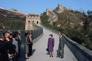 Queen Elizabeth ll and Prince Philip, Duke of Edinburgh visit The Great Wall of China on 14 October 1986.