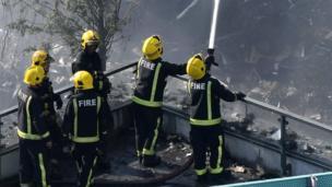 เจ้าหน้าที่ดับเพลิงร่วม 200 คน และรถดับเพลิงราว 40 คัน พยายามดับไฟที่ลุกไหม้อาคารเกรนเฟลล์ ทาวเวอร์อยู่นานหลายชั่วโมง