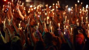 تجمع حشد من المعجبين ومحبي فن بريسلي لاحياء ذكراه عند منزله السابق في ولاية تينيسي الأمريكية.