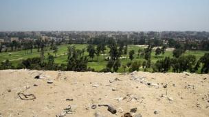 Campo de golf en frente de las pirámides de Giza.