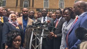 """""""Une décision historique, un triomphe pour le peuple Kenyan"""", a déclaré Raila Odinga, chef de la coalition de l'opposition. Mais le principal challenger d'Uhuru Kenya à la présidentielle dit ne pas faire confiance en la commission électorale dans sa composition actuelle."""