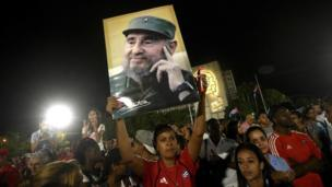 مردم در یک تظاهرات گسترده در میدان انقلاب در هاوانا برای ادای احترام به فیدل کاسترو، شرکت کردند