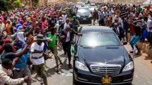 Awọn eniyan tu jade si oju popo lati kii Aarẹ Buhari