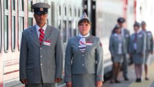 """Personal uniformado del tren """"Zarengold""""."""