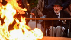 Merchant seaman Guy Griffiths, 96, pays his respects at the eternal flame during the dawn service at Melbourne's Shrine of Remembrance on Anzac Day (25 April 2018)