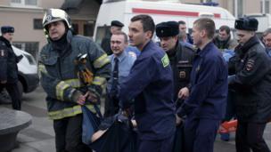 Спасатели в Питере несут пострадавшего после взрыва в метро