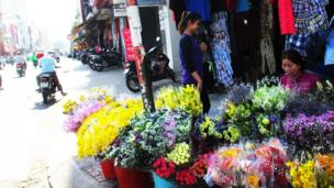 Hoa tươi lề đường trước cửa chợ Tân Định.