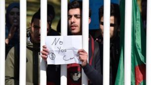Manifestations des étudiants à Alger le 3 mars. Détournement du slogan de campagne de Barack Obama de 2008 : ''Yes, we can''.