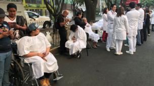 Pacientes y médicos en una calle