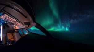 الأضواء الشمالية من قمرة قيادة الطائرة.