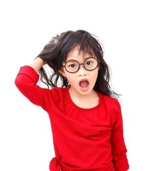 เด็กหญิงตัวเล็กสวมเสื้อสีแดง แว่นตากรอบดำ กำลังเกาหัว