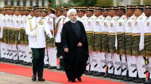 مراسم استقبال رسمی در کاخ نخست وزیری مالزی و خوشامدگویی نجیب رزاق به رئیس جمهوری ایران با نواخته شدن سرود ملی ایران و مالزی ادامه یافت