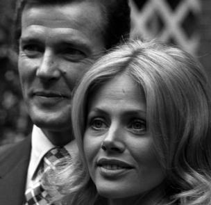 السير روجر مور إلى جانب الممثلة بريت إيكلاند