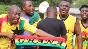 Les supporters ghanéens à Franceville chantent et dansent pour soutenir leur équipe